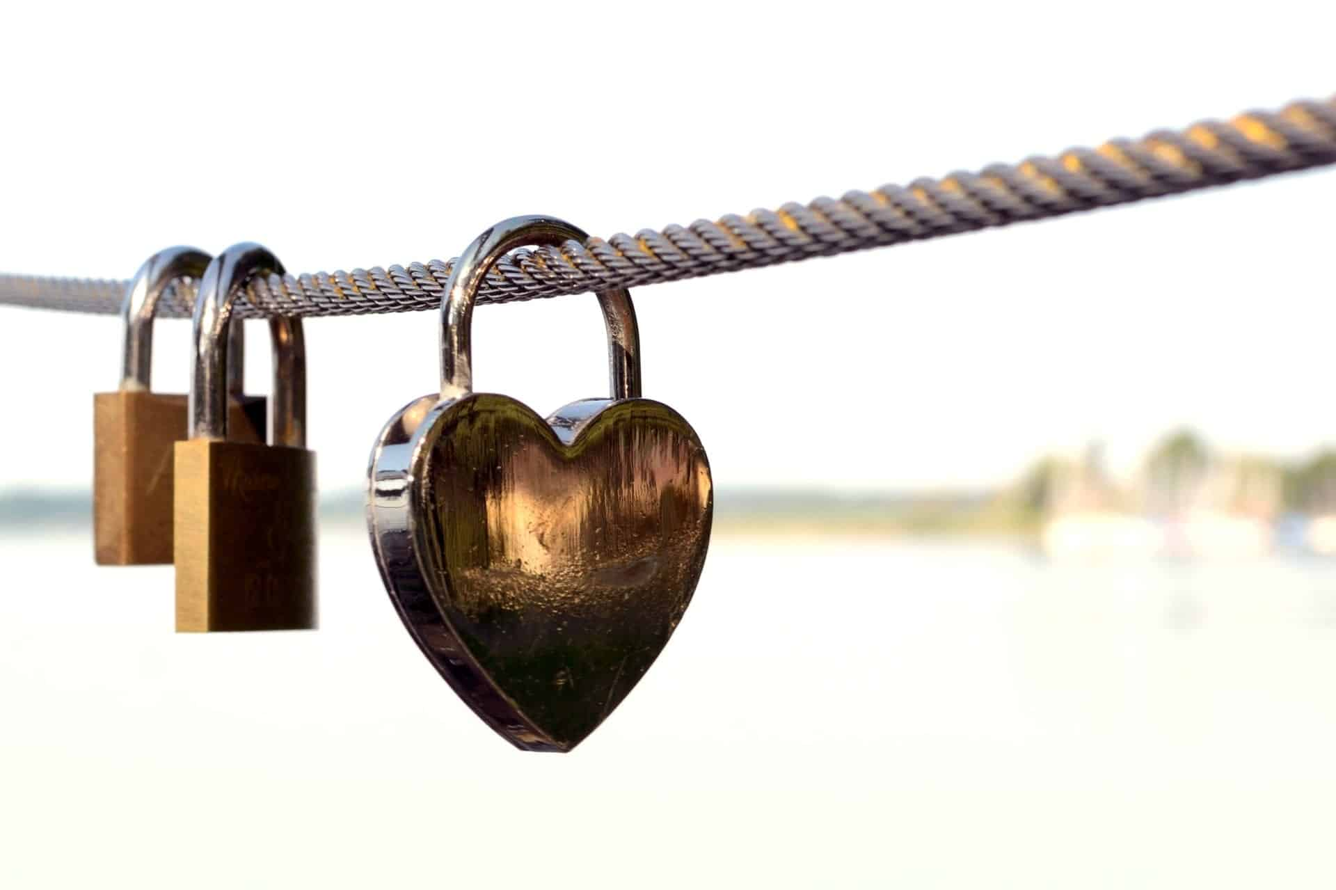 heart locks on chain pexels-photo-256738